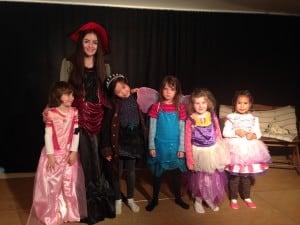 Chiara mit den kleinen Schülern 3-6 Jahren